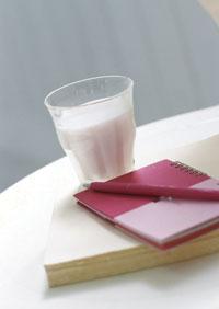 牛奶中含有蛋白質及脂肪,的確具有保護胃黏膜的效果,可中和刺激性食物,但如果刺激性的食物太強,不論牛奶或是胃乳都無法達到完全保護的效果