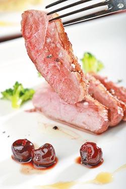 法國進口ROUGIE鴨胸搭配紐西蘭國寶級有機蜂蜜,風味清雅甜香。(中國時報/鄭夙玲)