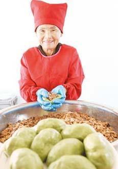 做草仔粿50多年的陳劉抹 (圖片來源:姚志平)