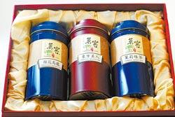 茶和酒是外國旅客最喜歡帶的伴手禮,味道夠加上具東方味道的新穎包裝,不少觀光客買回去送親戚好友,在101展售的南投魚池鄉紅茶系列,就有許多大小包裝款式可選擇。陳信翰/攝影
