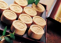 百年老餅店玉珍齋,堅守傳統味道外也求原料創新,招牌的綠豆糕到現在都還很暢銷,是訪客必買伴手禮之一。陳信翰/攝影