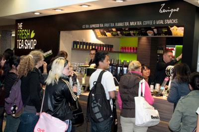 小茶栽堂的第一家海外門市,今年6月初在德國「薩爾布魯根Saarbrücken」(薩爾州首府)開幕,風糜現場德國民眾大排長龍,一嚐台灣茶的新鮮滋味。