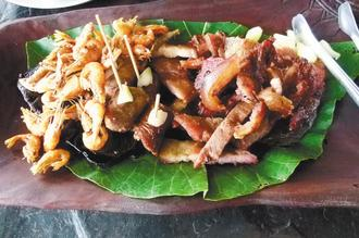 石板烤肉、溪蝦等招牌菜  (圖片來源:聯合報/記者  翁禎霞)