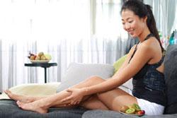 長時間久坐的上班族,可以趁空閒時按摩小腿,促進血液循環