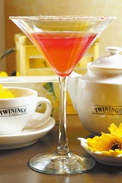 金牛座---唐寧紫錐花覆盆子茶搭配200cc伏特加、Lemon juice、君度橙酒及葡萄柚汁,杯緣沾梅粉