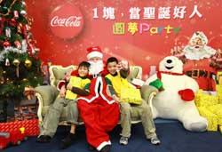 聖誕老公公現身發送禮物,小朋友爭先恐後想要與聖誕老公公合照