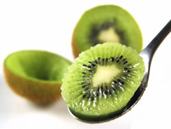 奇異果富含酵素,能減輕小腸的消化負擔,提升新陳代謝速度,是減重時可以善加利用的食材