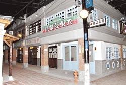 寶島時代村內的老街建築,融合巴洛克混合閩南磚瓦復古建築,並有昔日的戲院。 (圖片來源:中國時報/楊樹煌)