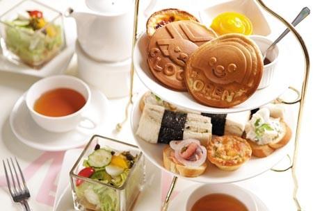 雙人共享的雙層式下午茶,下層是三明治、沙拉、燻雞塔等鹹點,上層是甜點蛋塔、造型果凍、OPEN燒,內容會不定期更換。