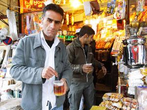 長途巴士常會停靠在茶攤讓旅人稍微休息、上廁所,茶攤提供紅茶和厚厚的一片番紅花冰糖讓旅人佐茶,相當甜膩。黃麗如/攝影