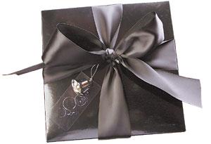 包裝/BLACK AS CHOCOLATE黑色亮面紙盒綁上寬面緞帶,造型優雅。
