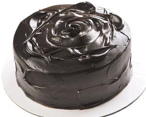 外觀/BLACK AS CHOCOLATE經典巧克力蛋糕750元 表面拉出玫瑰花的形狀,相較之下顏色較深