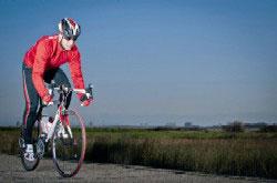 單車熱發燒,門診中常有患者因為騎車姿勢不當,壓迫到頸椎神經,造成椎間盤受傷。