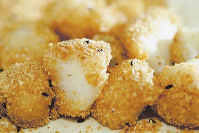 冬暖夏涼的蜜糖燒麻糬一份兩粒才賣35元,切成一口大小入口最好。鄧博仁、陳麒全/攝影