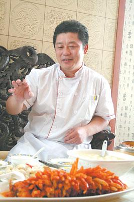 盧永良大師曾獲全國十佳廚師頭銜,眼前的珊瑚桂魚展現他俐落的刀工。李安君/攝影