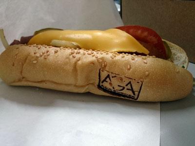 AGA熱狗堡側面烙印著AGA Burger的Logo
