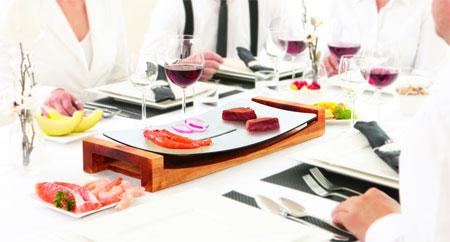 一台能在餐桌上燒烤的小家電增添了聚餐的趣味