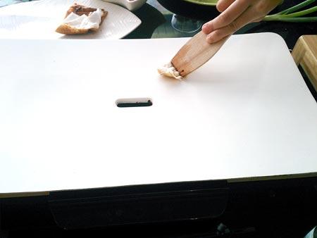 用乾淨的紙巾沾水就能將油漬擦除