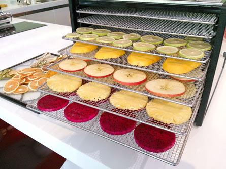 水果切成0.6公分厚的片狀,平鋪於烤盤後放入機器內