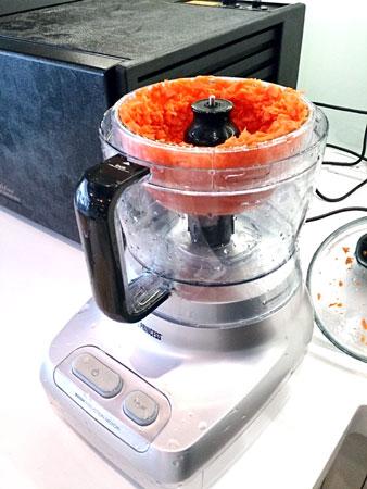 運用Princess專業級食物處理機將胡蘿蔔切碎