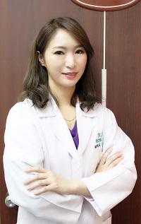 【新聞圖片】陳潮宗中醫診所副院長李郁佳中醫師表示:「女性氣虛型體質建議使用6年根高麗蔘進行身體調養,以達成最全方位的補氣調理。」