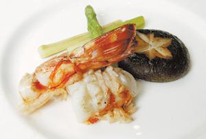 澎湖明蝦 選擇四尾一斤的澎湖明蝦,即使煎至八、九分熟仍能保有水分,鮮甜彈牙。黃國書╱攝影