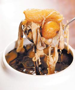 金蓬萊今年主打的千元佛跳牆,味美料實在,將事先處理好的食材讓消費者帶回家自行燉煮。陳信翰、鄧博仁/攝影