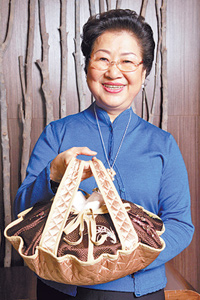欣葉董事長李秀英端出親自研發的料理,除了附送砂鍋還有精美提袋。陳信翰、鄧博仁/攝影