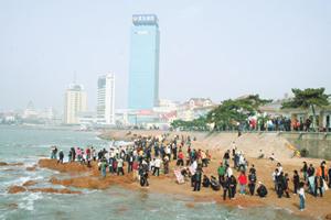 棧橋所在的青島灣海岸線,平日即聚集眾多市民戲水、釣魚,同時也是新人拍婚紗的熱門地點。陳汶彬/攝影