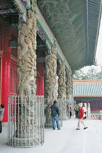 孔廟大成殿的龍柱雕刻相當精美,為保護其不受破壞,現在都以鐵欄圍護;大成殿則是中國古代三大建築群之一。陳汶彬/攝影