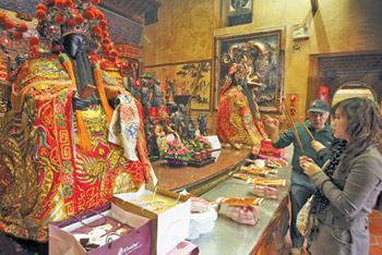 台北霞海城隍廟共有六百尊神像,其中在城隍老爺旁邊的月老最有人氣,有不少信眾前來求姻緣。陳信翰/攝影
