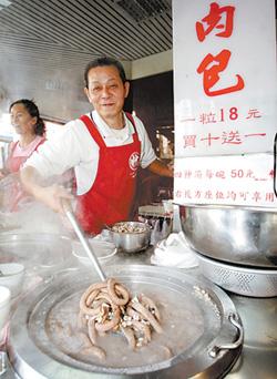 妙口四神湯老闆駱其榮經營26年,衛生、乾淨、不偷工減料是他的堅持。(一碗50元)陳信翰/攝影