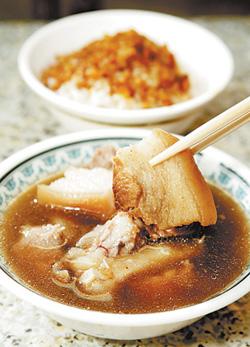 除了當歸豬腳,滷肉飯也是人氣產品,有人要吃5碗才罷休。(一碗20元)陳信翰/攝影