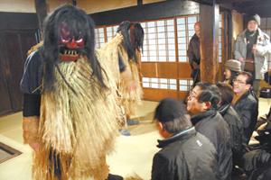 男鹿真山傳承館有年神儀式實際演出,觀眾又愛又怕被嚇。王曉鈴/攝影