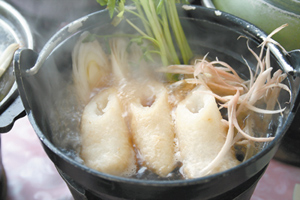 從年神演變的秋田版假面超人,手上拿的武器是好吃的烤米棒,煮成火鍋也很棒。王曉鈴/攝影