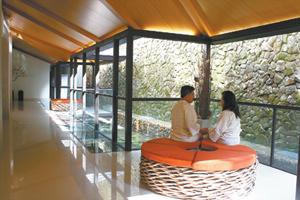 裸泡區外的廊道設置休憩座椅,方便享受陽光。陳汶彬/攝影