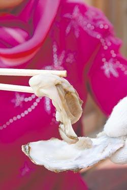 烤牡蠣好吃,殼裡的鮮甜湯汁也不遑多讓,一口喝掉,滋味好棒。