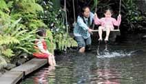 花泉農場有湧泉,可以盪鞦韆或坐在岸邊泡腳。