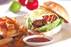 美國自然牛乾式熟成漢堡套餐,以乾式熟成牛肉製作的漢堡肉,搭配洋蔥、胡椒等簡單調味,口感滑順柔和。