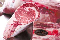 切除最外層風乾部分,留下中間酒紅色的部分,就是乾式熟成牛肉。