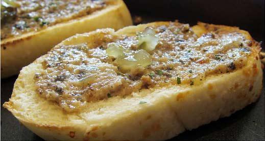 麵包烤得香脆,醬料有著酸黃瓜的酸甜、羅勒的香味
