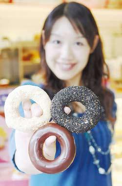 Mister Donut表示,米是第一次被用在多拿滋的原料裡,選用日本米及小麥粉混合,有特殊的咬勁,副食材為低甜度、同為健康養生概念的黑芝麻與豆香粉,將日式和風感受再升級