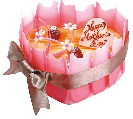 意大利朱古力雪糕蛋糕,鋪上一朵朵可愛的小菊花,周邊以多塊粉紅色朱古力圍繞,顏色鮮艷奪目,加上優雅的蝴蝶結,與完美媽咪最為配襯。