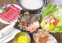 套餐包含生猛海鮮拼盤、精選肉品、手工花枝漿、綜合菇類、綜合火鍋料、時令鮮蔬以及飯後甜點,內容豐富澎派