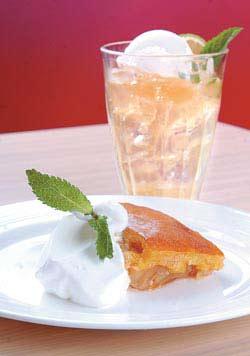 eAT原創蘋果派 150元+10% 鬆軟派皮搭配酸甜滑順的蘋果內餡,搭配新鮮奶油,讓香氣更誘人