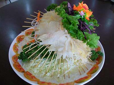 鱘龍魚生魚片吃起來口感鮮甜,肉質緊實富有韌性,是鱘龍魚最典型的吃法,搭配師傅精細的刀工與擺盤,既美觀又美味