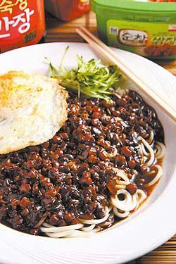 韓式酢醬麵/100元以黑豆醬為底,再用肉丁花枝拌炒,氣味更芳香