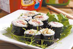 韓式培根飯捲 40元外觀和日式壽司沒有兩樣,以美奶滋拌飯風味獨特
