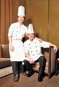 賴遠輝(左)與鍾德成是世貿聯誼社中餐廳的靈魂人物