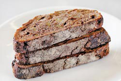 每款麵包的底層都白白的,雖然是以柴燒窯烤製作,但別擔心,這只是避免麵糰沾黏的熟粉